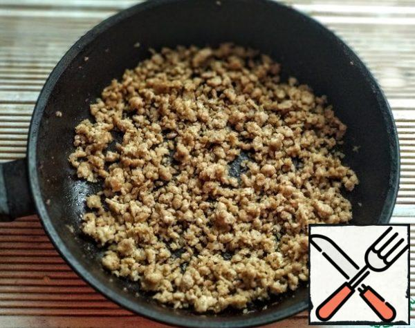While the dough was coming up, prepare the fillings. Mix the minced meat with salt and fry in a pan greased with olive oil until tender.