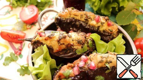 When serving, sprinkle the eggplant and Turkey with herbs. Prepare a vegetable salad and a delicious sauce.