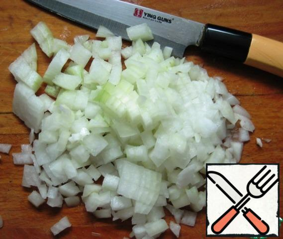 For the filling: cut the onion into small cubes, heat the vegetable oil in a frying pan and fry the onion until Golden over medium heat, stirring constantly.