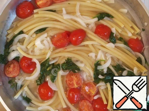 Cook until the spaghetti is ready. The amount of water can be adjusted depending on the cooking time of your spaghetti - so that by the end of cooking, almost all the liquid has evaporated and we have a light sauce.