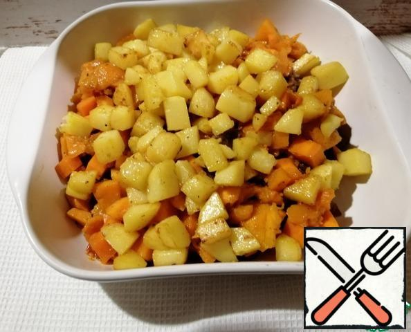 Cut the potatoes into cubes, add a little salt and fry until tender.Transfer to the meat.