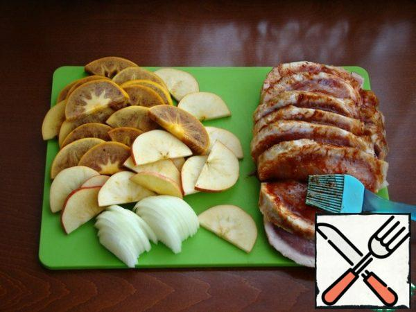 Cut the persimmon, apples and onion into slices or halves. On the meat, make deep incisions along the entire length, not reaching 2 cm to the end. Mix the spices, salt, and honey and coat the meat with this mixture.
