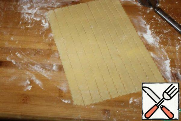 From the remains of the dough, cut the strips.