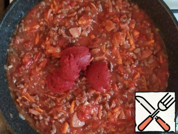 Add tomato paste. If there is a desire - and wine. Stir. Cook for about 15 minutes, until the mixture is reduced and thickened.