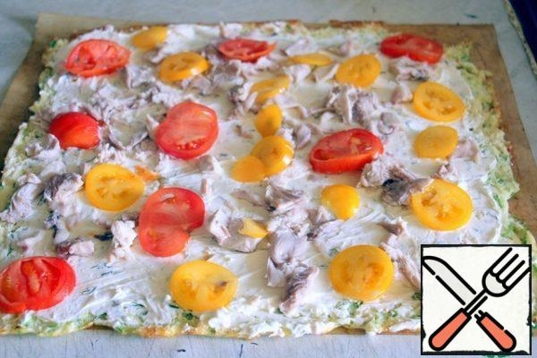Beat cheese with sour cream and salt, mix with garlic and herbs and grease the cake. Top with chicken fillet and tomato slices. Gently roll into a roll. Wrap in parchment and refrigerate for 1 hour.
