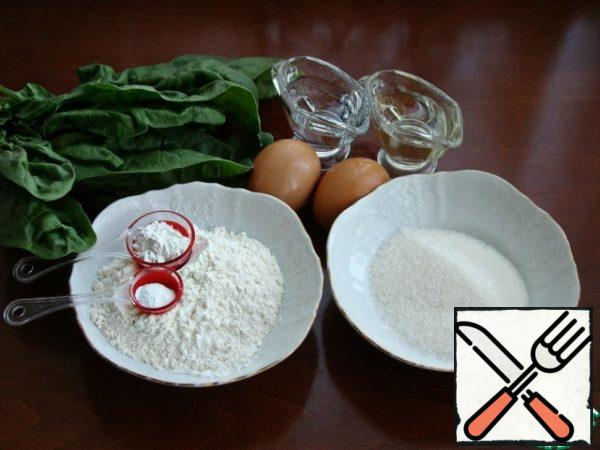Prepare the necessary ingredients for the sponge cake. Pour boiling water over the spinach for 5-10 minutes, then squeeze, pour in the vegetable oil and beat with a blender until smooth. Divide the eggs into whites and yolks.