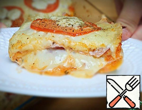 On the form 35x25 cm. To prepare all the products. Put the toast bread (6 slices) on the bottom of the mold and brush with the sauce. Spread out the ham ( 6 slices), sprinkle with grated cheese ( 300 g). Then arrange the tomato slices, mozzarella balls, olives, and sprinkle with oregano. Again spread a layer of bread, grease with sauce and sprinkle with sesame seeds. Then a layer of ham, remaining cheese, tomatoes, mozzarella balls. And send to the oven t 180 ~20 min.