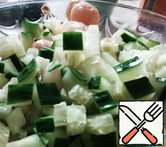 Merge with cans of lychee compote in a separate container (you can drink or use in jelly, etc.), not shredding themselves lychee, cucumber cut into cubes of 1 cm, it is better to have cucumber was tender skin - I have the Chinese variety, was very tender juicy with a hint of watermelon flavor.
