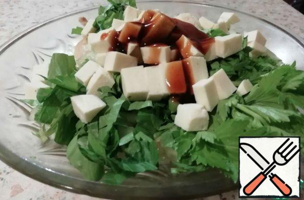 Celery is not cut very finely, cheese cubes - about the size of cucumber cubes. Add the oyster sauce, mix and put in a salad bowl.