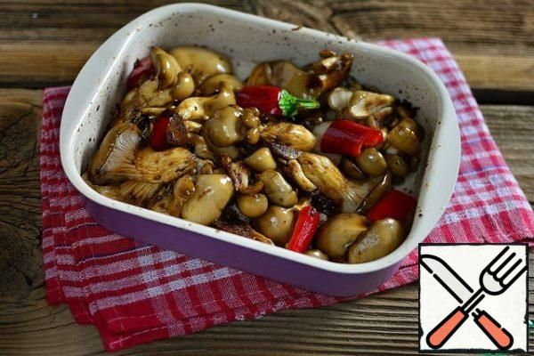 Pour the oyster mushroom sauce, add the bell pepper, cut into large pieces, and mix gently with your hands. Leave the mushrooms for 1 hour, stirring occasionally. Preheat the oven to 180 degrees.