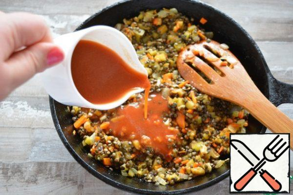 Dissolve the tomato paste in water, pour into a pan, add salt and sugar (remember that the chicken was also marinated with salt, do not overdo it).