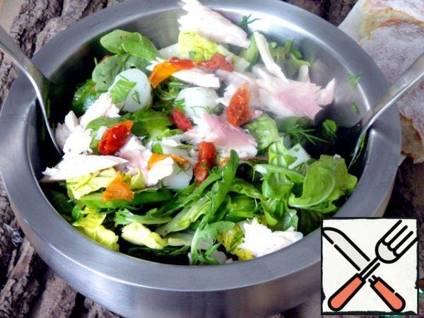 In a salad bowl, mix everything well and break the fish into pieces on top.