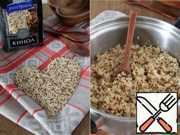 Rinse the quinoa thoroughly and add 200 g of water. Bring to a boil, then reduce the heat to low and cook for 15-20 minutes. Cool.
