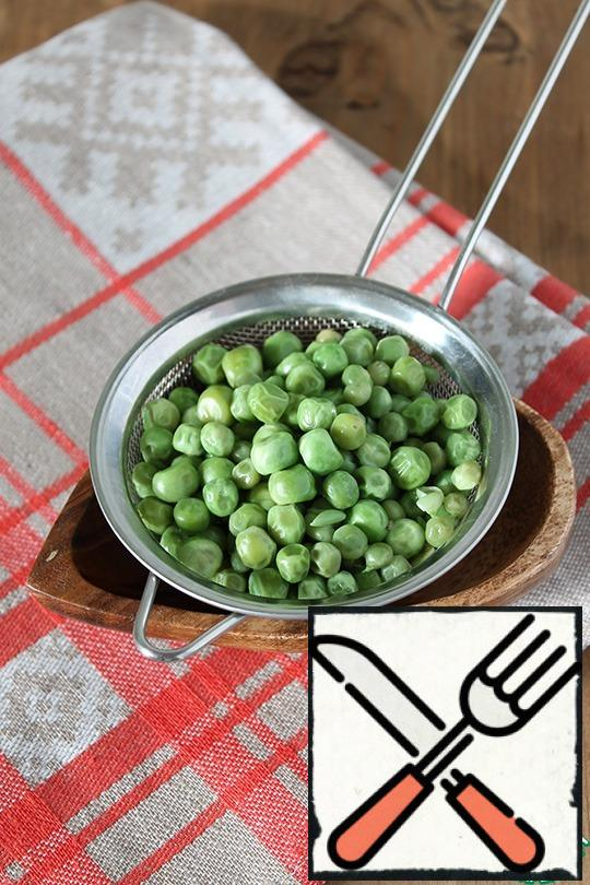 Boil the green peas for 3-5 minutes in boiling salted water.