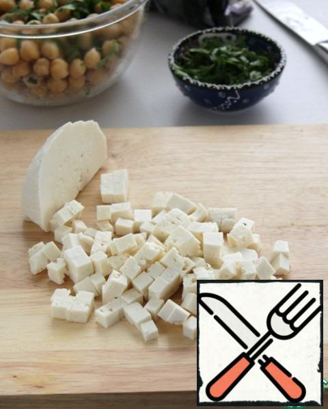 Cut the cheese into small cubes. If you have sheep's cheese on hand, you are very lucky, cook with cheese.