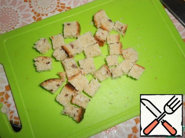Cut white bread into cubes.