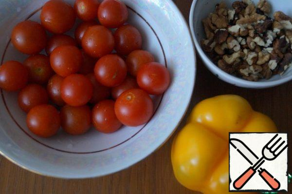 Prepare the necessary ingredients. Wash the cherry tomatoes and sweet peppers and peel the nuts.