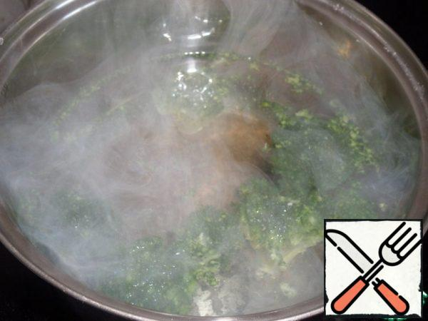 Put the broccoli in boiling salted water and cook for 2-3 minutes. Cool.