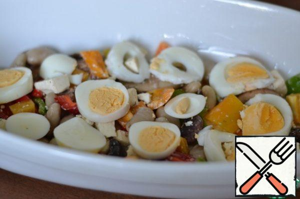Grease a baking bowl with sunflower oil. Spread half of the bean mixture. Top with sliced eggs.