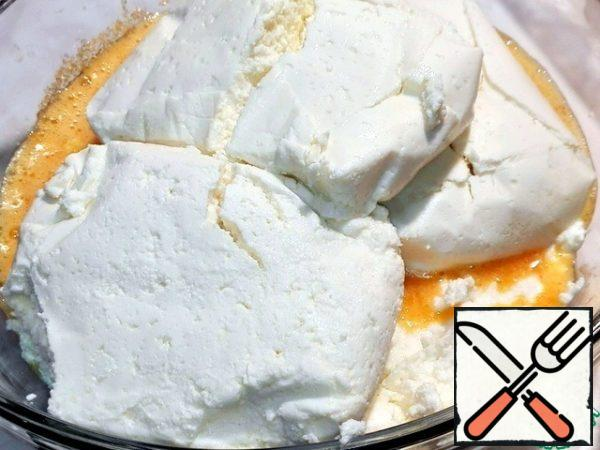 Put the ricotta in a bowl.