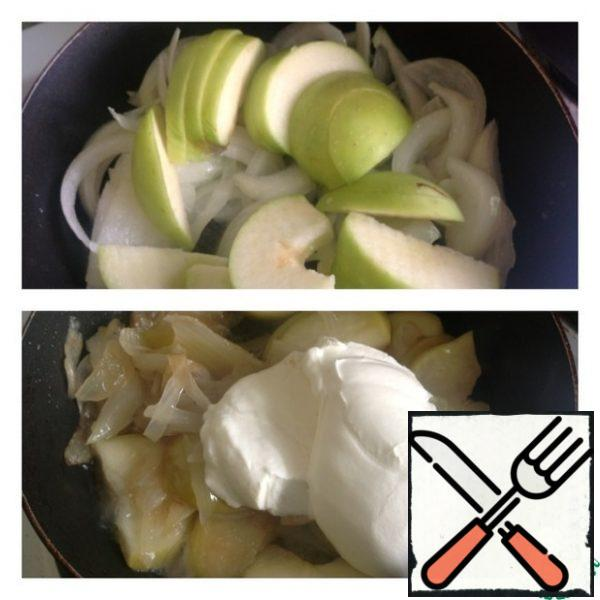 Add the Apple cut into slices to the onion. Remove the seeds and leave the skin on. Reduce the heat and simmer the apples with the onion until the apples are soft. Then add sour cream and you can pour 50 ml of water. Put out all together for 4-5 minutes.