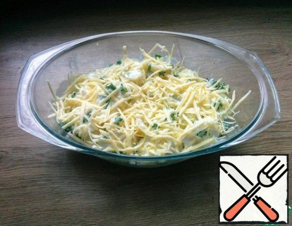 In a baking dish, greased with oil, put the potatoes, pour the sauce and sprinkle with grated cheese. Bake at 180 degrees for 25 minutes.