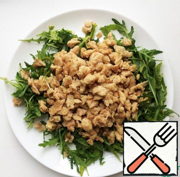 Put the greens on a plate and put the finished soy meat on top.