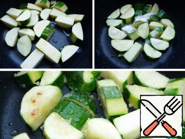 In the same pan, fry the zucchini with rice flour until lightly browned. Zucchini I do not clean completely, leave a little green, cut into medium pieces.