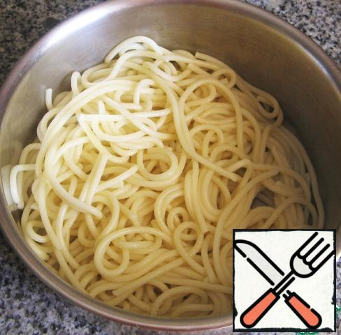 Boil the spaghetti in enough salted water according to the instructions on the package.
