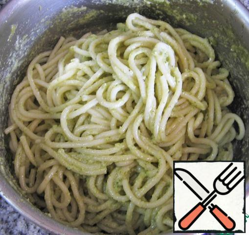 Mix the spaghetti with the pesto sauce.