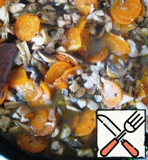 Pour in the water, cover with a lid and simmer all together on a low heat for 8-10 minutes (focus on the readiness of the carrots).