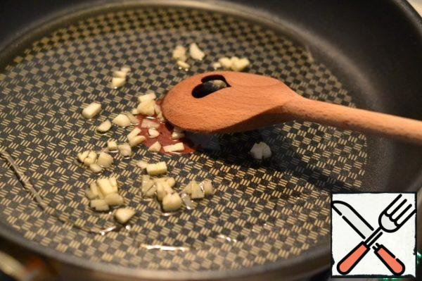In sunflower oil, quickly fry the finely chopped garlic.