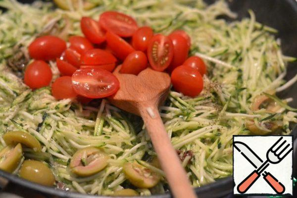 Put it in the pan and mix it gently. Fry. Add the chopped tomatoes. Season with salt and pepper. Cover with a lid and simmer for 10 minutes.