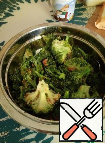Boil the broccoli until al dente. Jamie recommended 5 minutes, I steamed large inflorescences for 10 minutes.