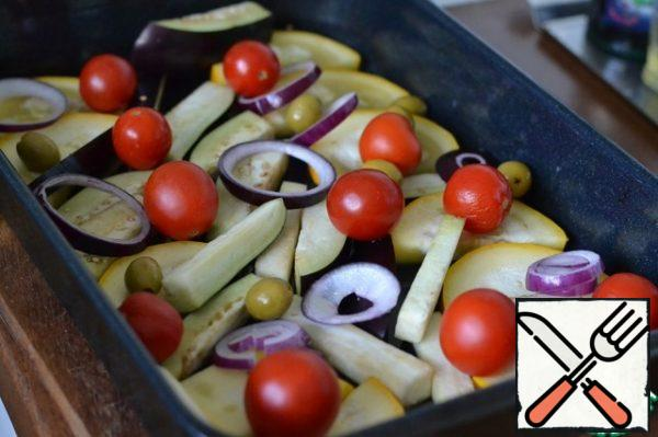 Mix the chopped vegetables. Put 2/3 of the vegetables in the form. Spread on top of the tomatoes. (half) add Salt.