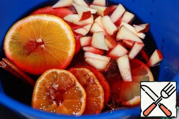"Cut the orange, tangerine and lemon into slices. Cut the apples into pieces. Mix the juice, syrup, spices (except cinnamon), raisins, citrus fruits and apples, and mix. Heat to 80-90 "" C, but do not boil. Add honey. Pour into a container with a lid and let it brew slightly."