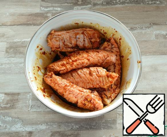You can cook both on the grill on the grill or in the barbecue, and on the grill in the oven, substituting a baking sheet under the grill. During cooking, try to lubricate the wings at least 4-5 times with the remaining marinade.If you cook on a grate on coals, try to keep the heat low. Because Turkey wings are prepared for quite a long time, because they have an impressive size.If you cook on the grill in the oven, I recommend cooking for 1 hour at t=150°C, and then raise the temperature to 200°C, turn on the top grill and brown the wings.