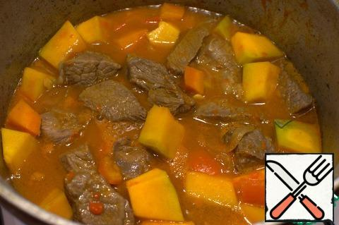 In a thick-walled pan, fry the onion, then add the carrots, meat and pumpkin, and simmer for about 30 minutes.