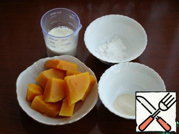 While the mousse hardens, and it hardens quickly, due to agar-agar, prepare the filling. Soak the gelatin in cold milk, then warm it up and pour it into the pumpkin puree mixed with powdered sugar.