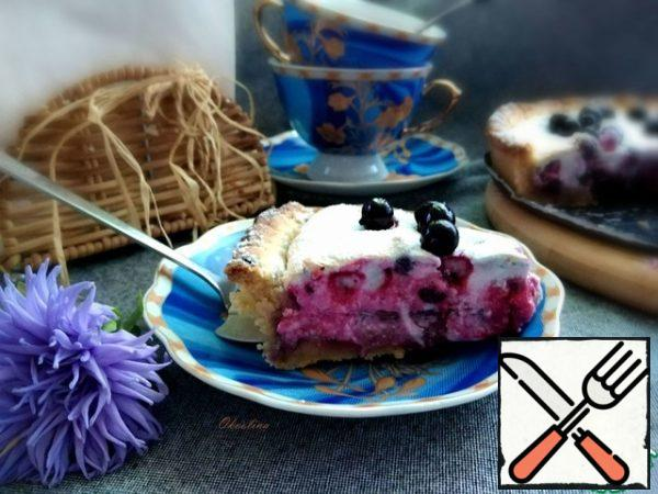 Cut into pieces. Serve with tea. A wonderful simple pie. A crumbly base made of shortbread, with a pleasant sourness from black currant and a delicate meringue will delight You on autumn days, remind you of the past summer!
