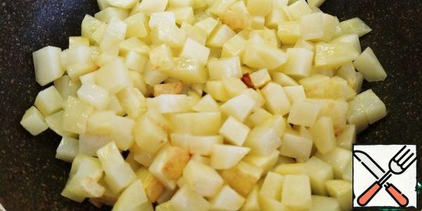 Cut the potatoes into small cubes, 1, 5x1, 5. Fry, salt, and pepper.