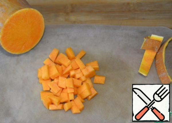 We clean the pumpkin, cut it into small cubes, put it in a saucepan, fill it with water, bring it to a boil and cook it until ready for 10-15 minutes.