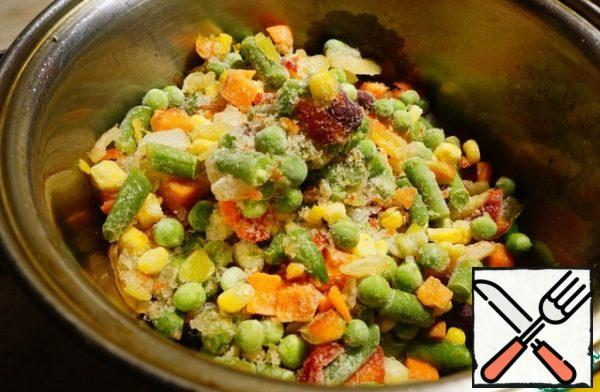 Preparing the side dish. In a saucepan with a thick bottom, pour vegetable oil, heat it over high heat and send the frozen Mexican mixture there. There are no frozen vegetables or Mexican mixes on the ingredient lists. I pointed out the corn, but made a note.