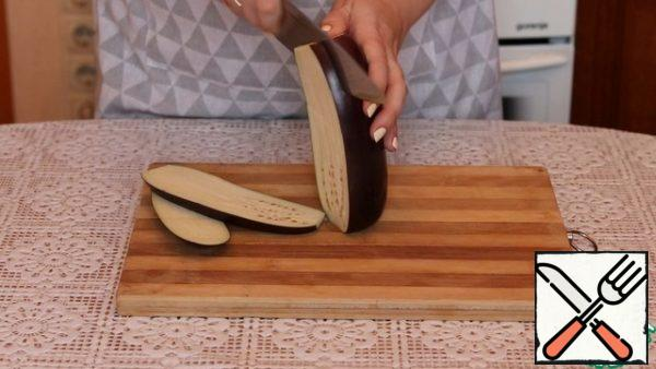 Cut the eggplant into 5 mm thick plates. Salt and leave for 10 minutes. After washing and drying, then the bitterness from the eggplant will go away.