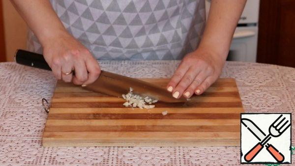 Finely chop the garlic. You can also pass it through a press.