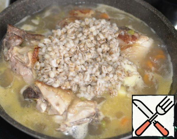 Put the pearl barley. Boil.