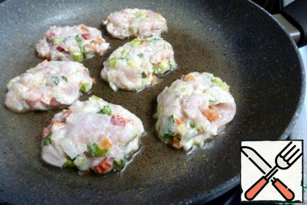 Heat a frying pan with vegetable oil and a spoon dipped in water to spread the cutlets.