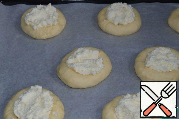 Put the curd filling.