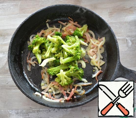 Defrost the broccoli a little and add it to the onion and bacon. Fry everything for about 5 minutes, the broccoli should remain crispy.