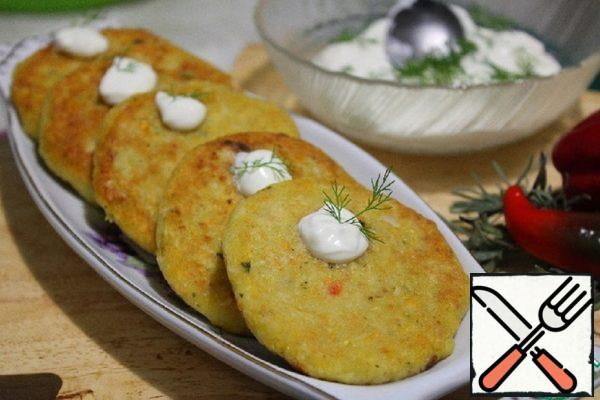 Ready-made biscuits are served with sour cream and herbs. Bon Appetit!